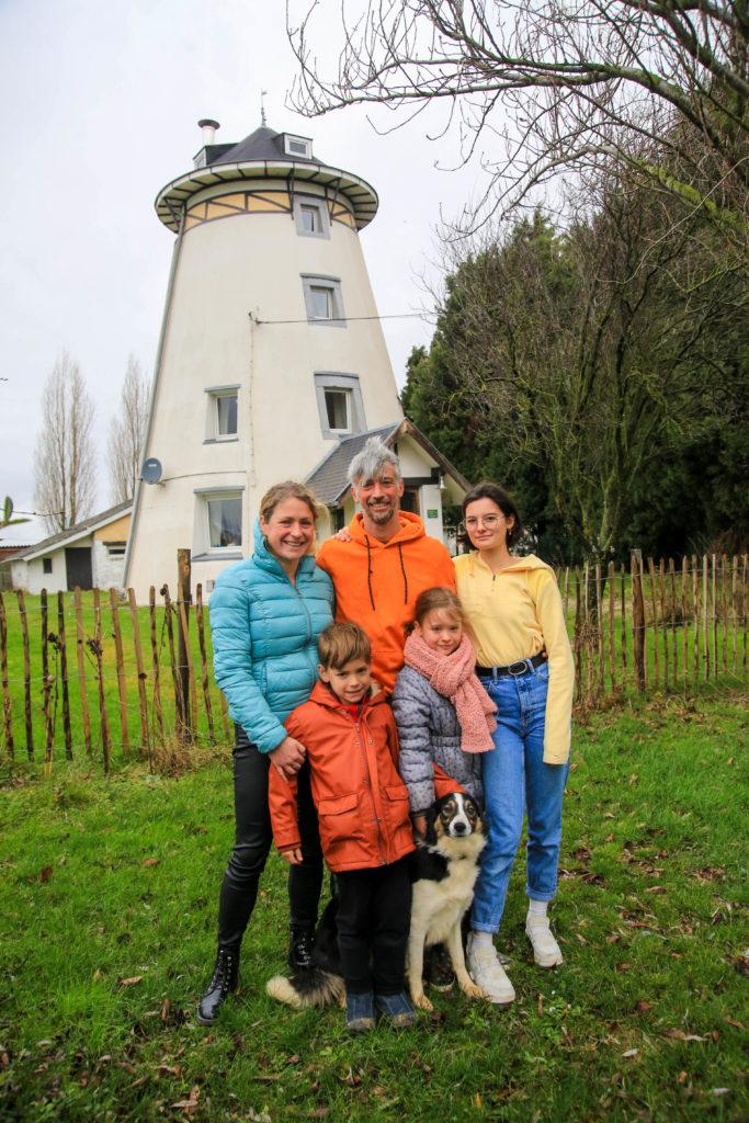 Bienvenue à la Ferme au Moulin, à Remicourt, chez Cédric, Céline, Eva, Lilia et Tiago. Les parents gagnent leur vie en pratiquant le maraîchage.