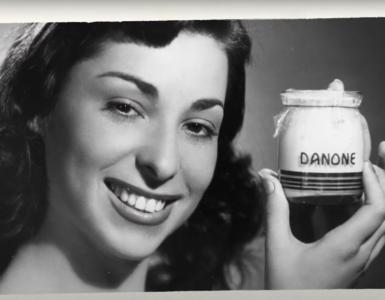Danone, c'est blanc comme un yaourt naturel, son nom se confond avec celui d'un yaourt naturel, mais ce n'est pas un yaourt naturel. Malgré son slogan « la santé pour tous », la multinationale n'a jamais hésité à ajouter de nombreux additifs dans ses produits.